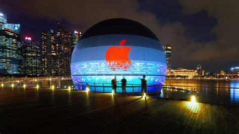 Apple's Floating Store Opens in Singapore